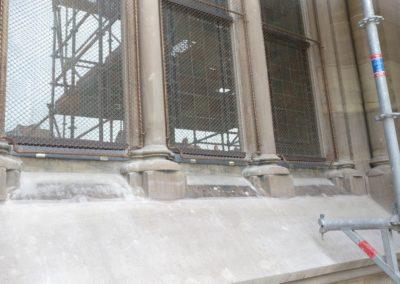Mulhouse - Temple St-Etienne - Façade occidentale - Restauration - Vitraux - détail bavette d'évacuation des eaux de condensation avec grillage de protection cuivre et verre de réduction phonique - extérieur après restauration