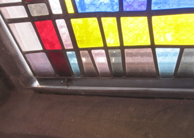 Mulhouse - Temple St-Etienne - Façade occidentale - Restauration - Vitraux - détail des panneaux bas des vitraux avec déport intérieur des vitraux et bavette d'évacuation des eaux de condensation