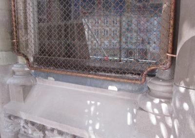 Mulhouse - Temple St-Etienne - Façade occidentale - Restauration - Vitraux - détail des panneaux bas des vitraux avec bavette d'évacuation des eaux de condensation, des grillages cuivres et des verre à réduction phonique