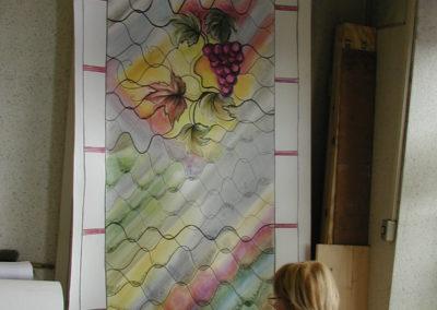 Barbizon, cité des peintres - Vitraux création d'Yvette Fringant - Yvette Fringant devant ses dessins
