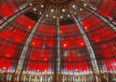 Coupole des galeries lafayette éclairé en rouge